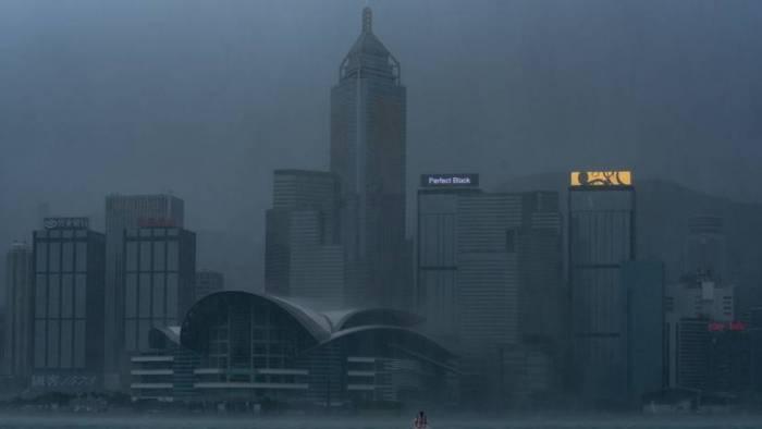 VIDEOS: Hong Kong emite su máxima alerta de tifón ante la llegada de Mangkhut