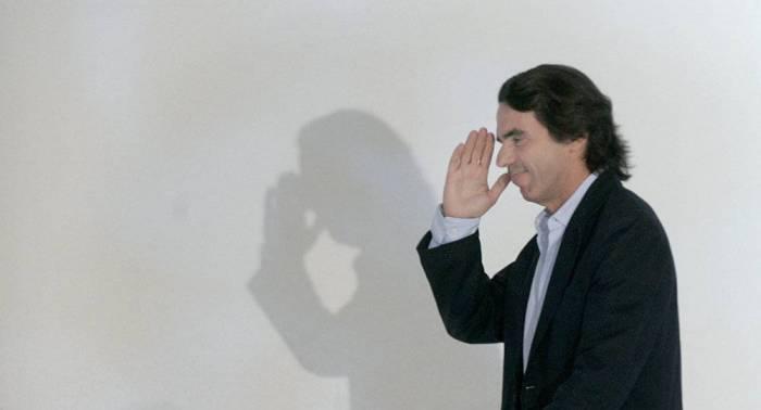 Aznar niega la financiación ilegal del PP en un tenso interrogatorio en el Congreso
