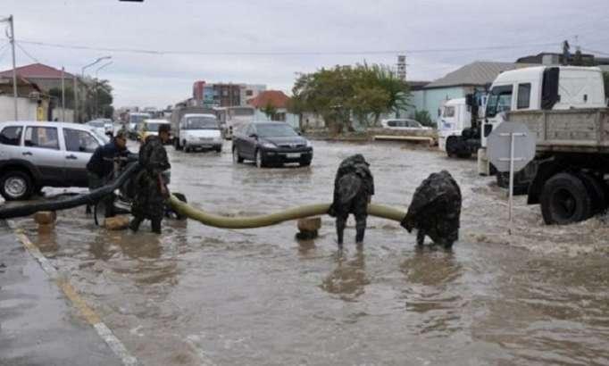 Bakının su basan əraziləri təmizlənir - FHN köməyə çatdı