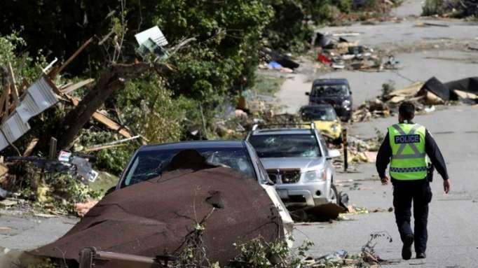 """""""En pleno tornado"""": Una conductora grita aterrada mientras el viento le destroza la ventana"""