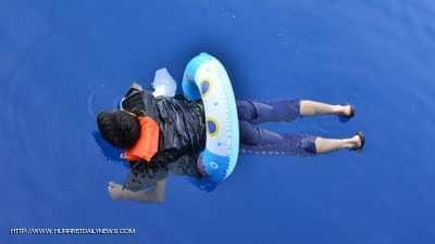 """""""يبحر"""" من تركيا إلى اليونان.. بعوامة أطفال"""