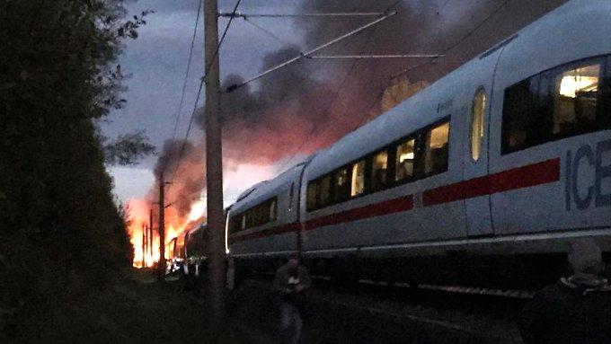 Brennender ICE blockiert Bahnstrecke