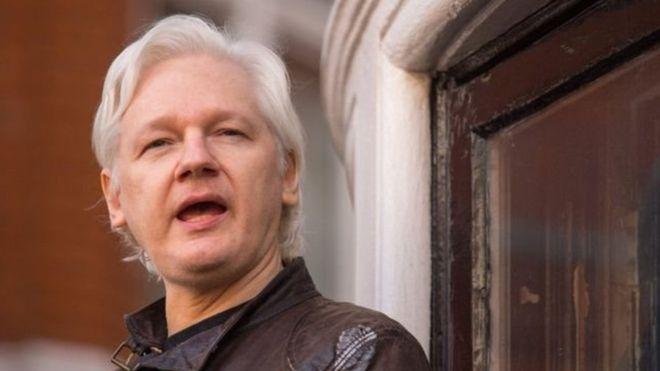 جوليان أسانج مؤسس ويكيليكس يعتزم مقاضاة الإكوادور التي يعيش في سفارتها بلندن