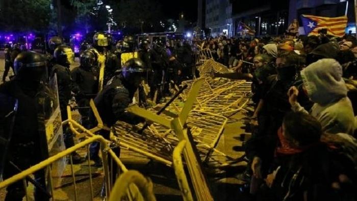 Kataloniyada qarşıdurma: 30-dan çox polis yaralanıb