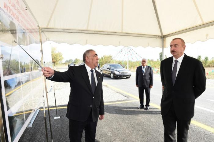 Ilham Aliyevprend connaissance de l'avancement de la construction d'une autoroute payante