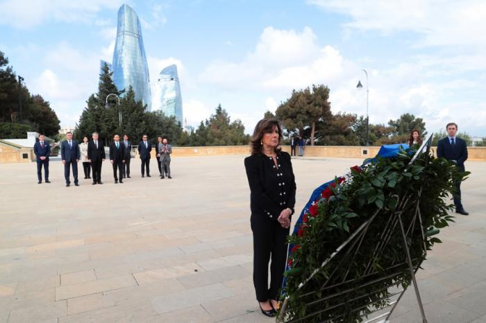 La présidente du Sénat italien visite les allées d'Honneur et des Martyrs à Bakou