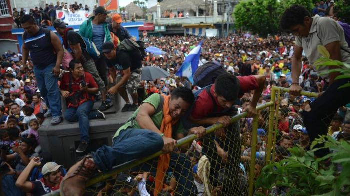 Tausende Migranten stürmen Grenze zu Mexiko
