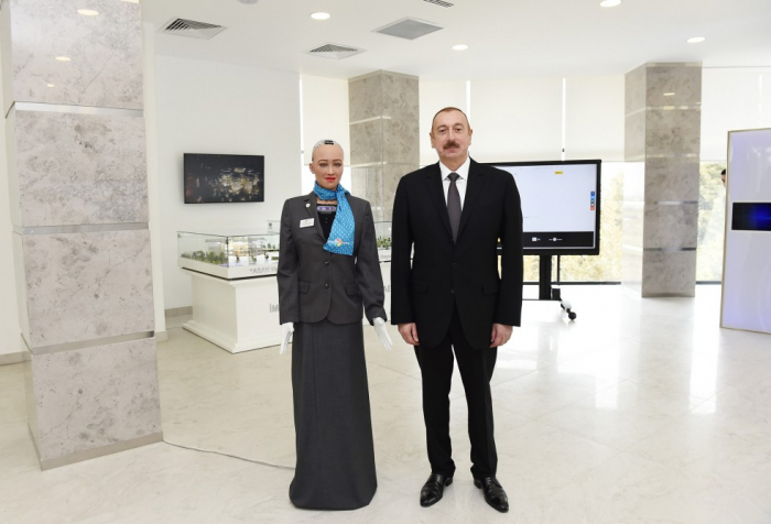 Präsident Ilham Aliyev trifft sich mit humanoidem Roboter Sophia - Video
