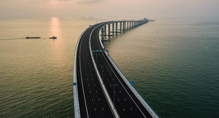 Alle Rekorde gesprengt: Chinesische Mega-Brücke geht in Betrieb – VIDEO