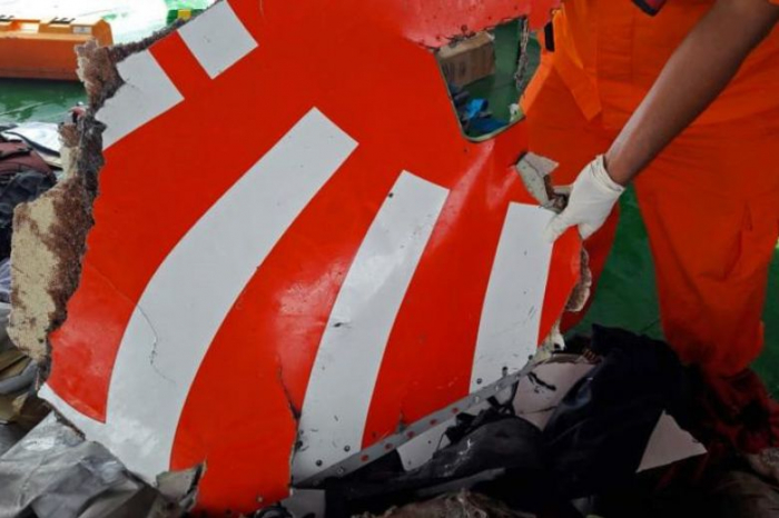 Lion Air crash: Indonesian search homes in on black box