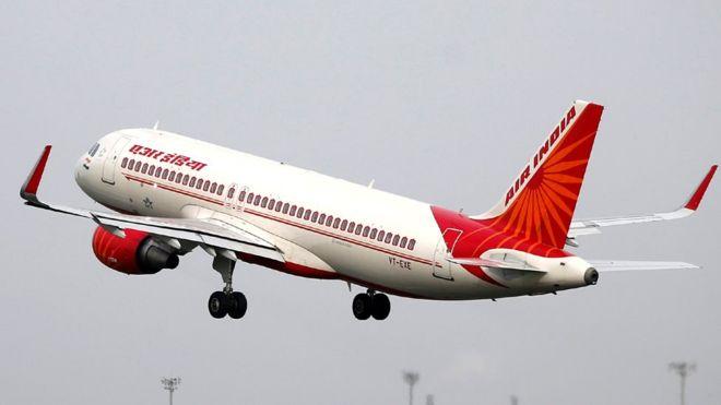 مضيفة في شركة الطيران الهندية تسقط من طائرة