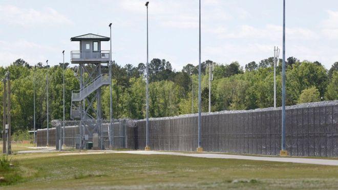 """سجناء يستخدمون """"رسائل جنسية لابتزاز"""" جنود أمريكيين"""