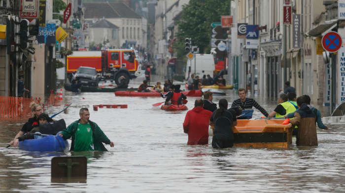 5 people killed in flashfloods in France, waters rising