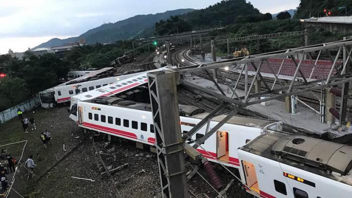 Al menos 17 muertos y 120 heridos al descarrilar un tren en Taiwán