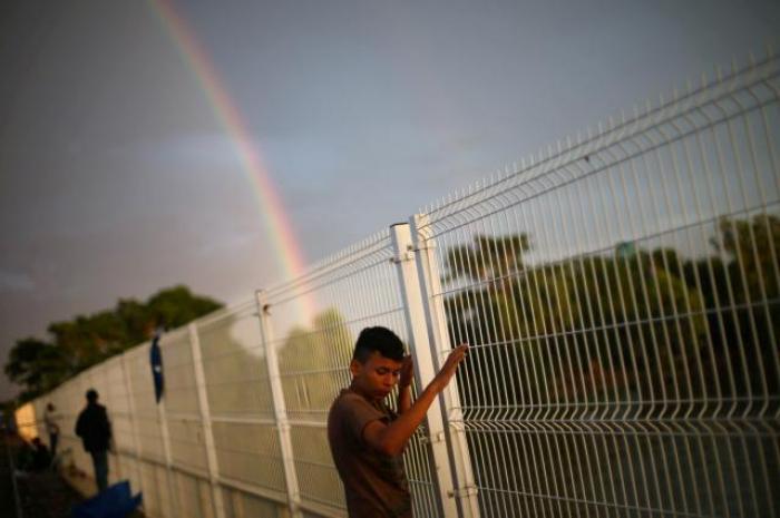 Thousands in U.S.-bound migrant caravan pour into Mexicancity
