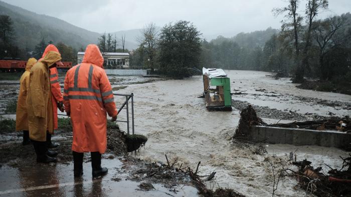 VIDEOS: Calles inundadas y puentes hundidos por las fuertes inundaciones en el suroeste de Rusia