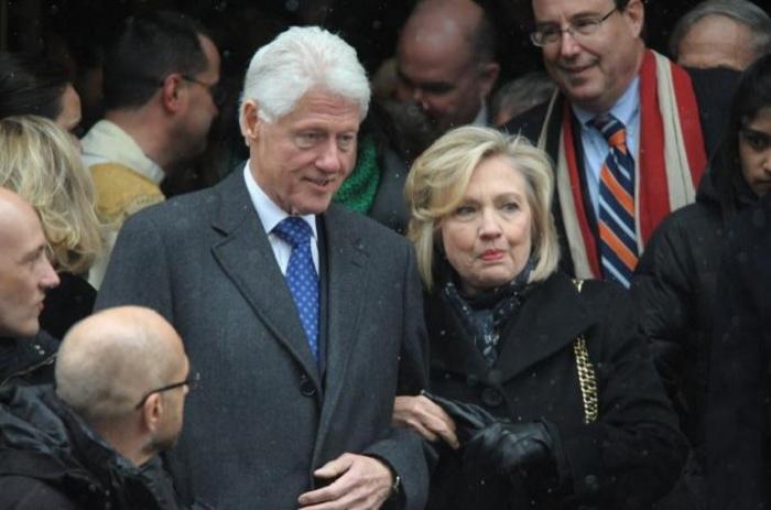 Klintonun evinə partlayıcı qurğu göndərilib