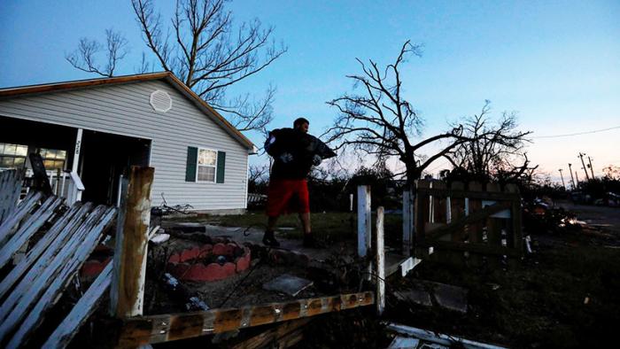 Un mensaje oculto en un mapa le permite hallar a familiares atrapados por el huracán Michael