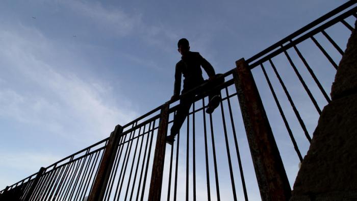 España: Fallece un inmigrante al intentar saltar 300 personas la valla de Melilla