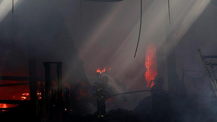 FOTOS: 2.000 personas son evacuadas por incendio en una fábrica de alcohol en Ciudad de México