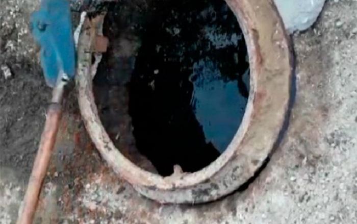 Bakıda kanalizasiya quyusundan neft çıxır - VIDEO