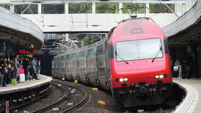 VIDEO: Su hija cae bajo un tren y no se percata por estar