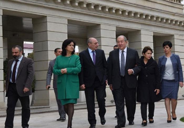 Armen Sarkisyan arvadı ilə Qarabağa gəldi