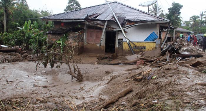 Rescatistas salvan a 17 menores desaparecidos por inundación en isla indonesia de Sumatra