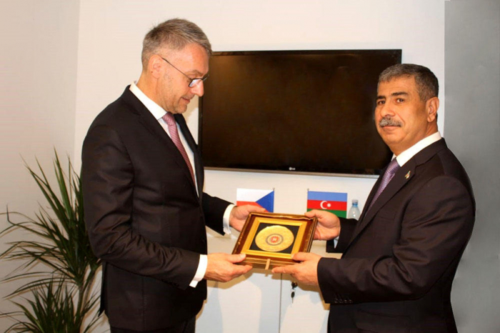 Azerbaijan Defense Minister meets with his Czech counterpart