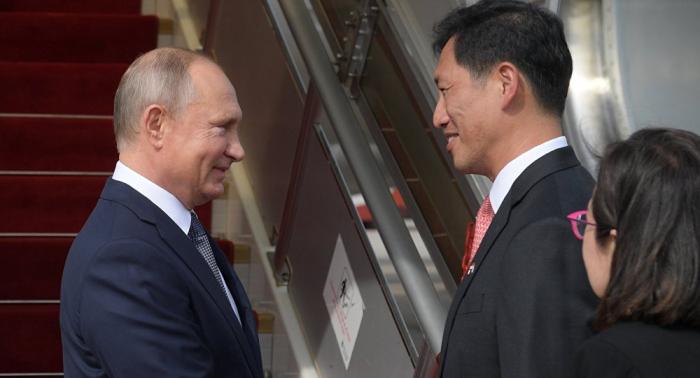 """بوتين يصل إلى سنغافورة في زيارة رسمية وقمة """"آسيان"""" في جدول أعماله"""