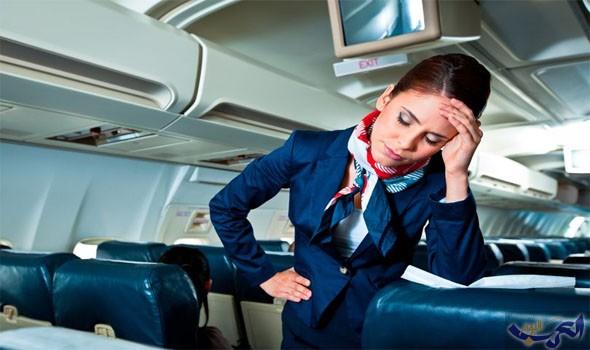 مُضيفة طيران تفعل شيئًا مضحكًا ردًا على شكوى راكب
