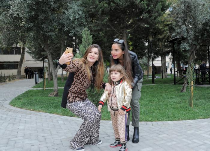 Leyla Əliyeva Bakı sakinləri ilə şəkil çəkdirdi - FOTOLAR