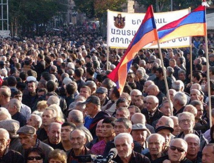 Ermənistanda fəhlələr etirazlara başladılar