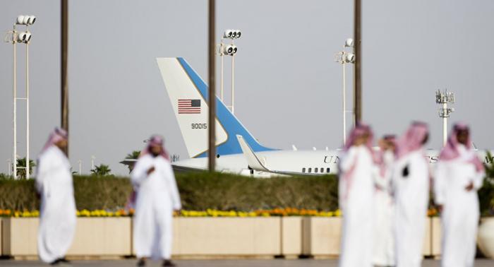 Saudi-Arabien: Regenschauer durchbrechen Dach des Flughafens Riad – VIDEO