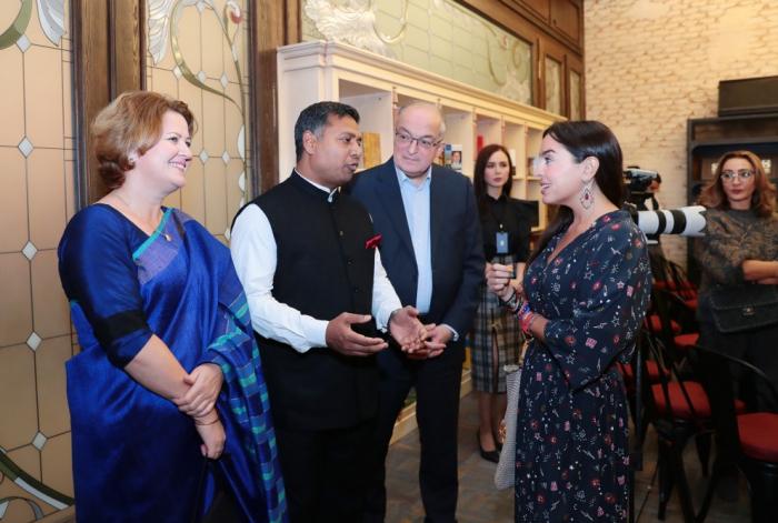 Treffen mit Yogi und Mystiker aus Indien in Bakuer Buchzentrum