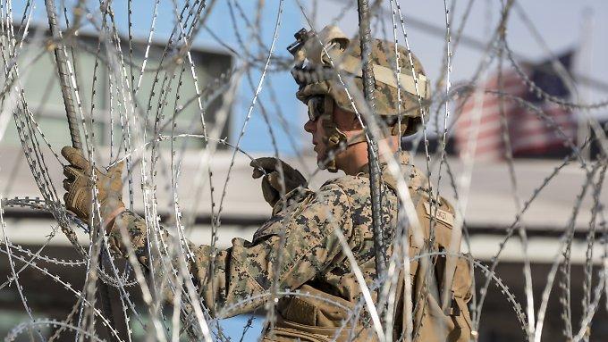 Erste Migranten erklimmen US-Grenzzaun