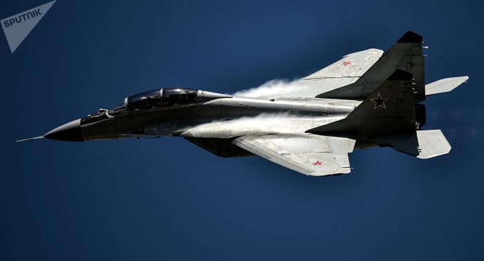 Kampfjet mitten in der Stadt: MiG-29 zwängt sich durch enge Gassen - VIDEO