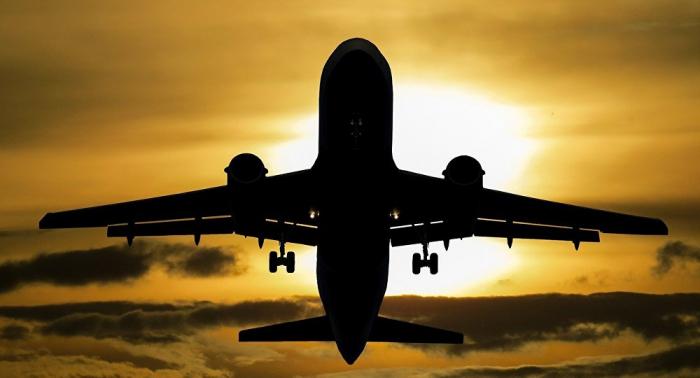 Passagierflugzeug landet ohne vorderes Fahrwerk – FOTOs & VIDEO