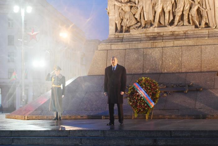 """Prezident Minskdə """"Qələbə"""" meydanını ziyarət edib - FOTOLAR"""
