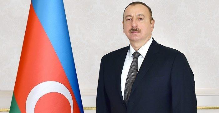 Presidente Ilham Aliyev visita la plaza de la Victoria en Minsk