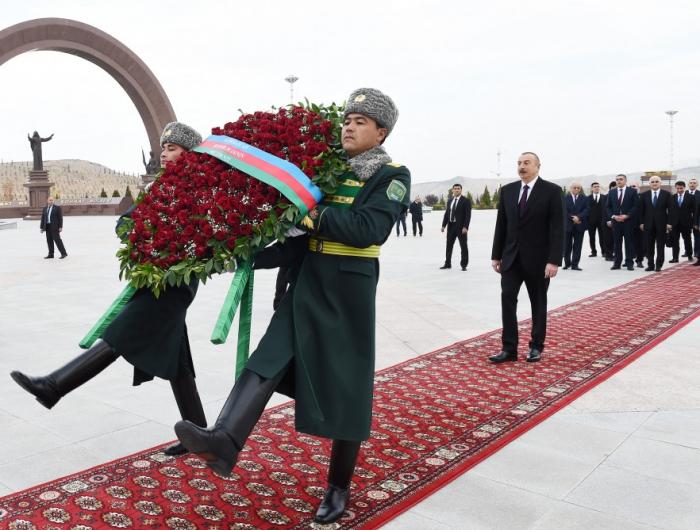 Prezident Aşqabadda memorial kompleksi ziyarət edib - FOTOLAR