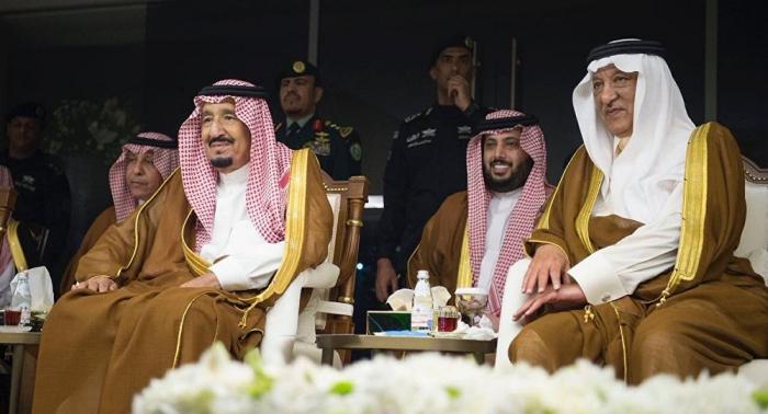 الملك سلمان يؤدي رقصة العرضة خلال زيارة للقصيم