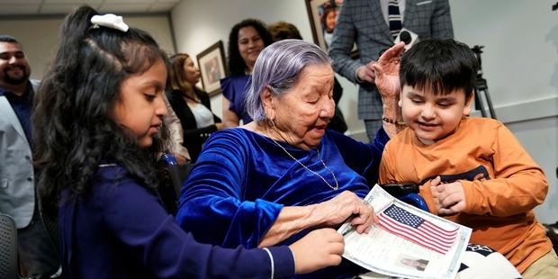 À 106 ans, elle est naturalisée américaine le jour des élections