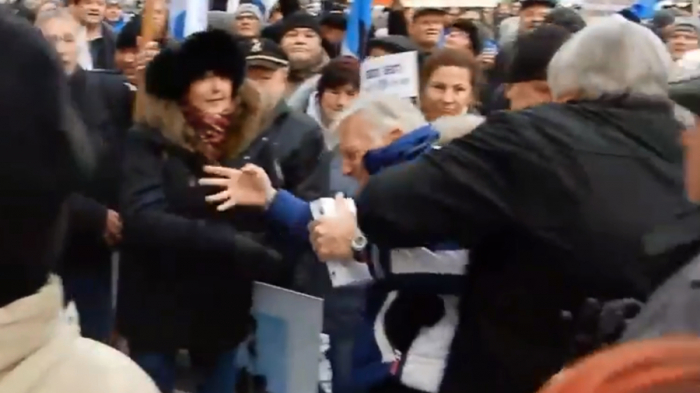 Estonian MEP kicked & shoved by anti-immigration protesters in Tallinn-VIDEO