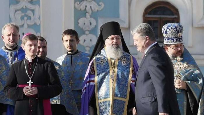 بوروشينكو يطالب رجال الكنيسة الأرثوذكسية الروسية بالرحيل عن بلاده