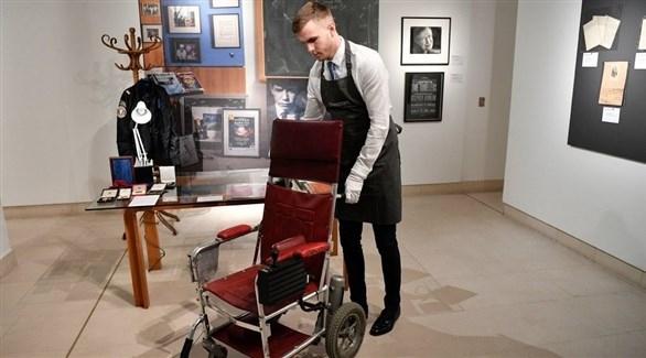 بيع أطروحة وكرسي متحرك لستيفن هوكينغ في مزاد مقابل مليون دولار