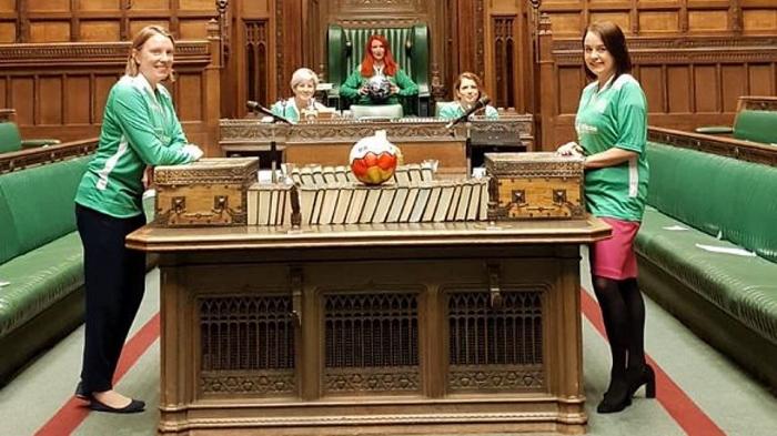 Parlamentdə futbol oynayan deputatlara töhmət verildi - VİDEO