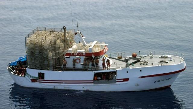 Migrants: un bateau de pêche coincé en mer