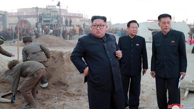 """Kim testet """"taktische"""" neue Hightech-Waffe"""