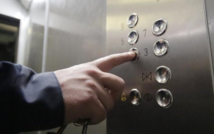 Bakıda 3 nəfər liftdə qalıb